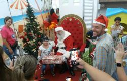 Papai Noel da Arena Encantada visita pacientes do Hospital Estadual Santa Casa