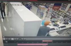 Dupla invade farmácia, rouba dinheiro do caixa e foge da Polícia Militar; veja vídeo