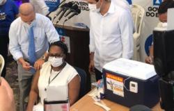Primeira vacinada, enfermeira é internada com covid