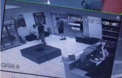 Vídeo mostra dupla roubando cliente de pizzaria em VG