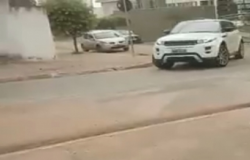 Motoristas arriscam contramão em rua interditada