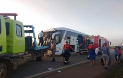 Motorista fica preso às ferragens e passageiros feridos em batida entre ônibus e carreta