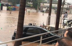 Chuva causa alagamentos e deixa carros completamente submersos em Cuiabá