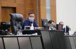 Deputados derrubam veto do Governo de auxílio de R$ 1,1 mil para professores interinos