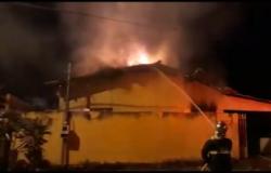 Casa abandonada pega fogo em bairro de VG