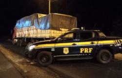 PRF apreende mercadoria sem nota fiscal escondida em caminhão