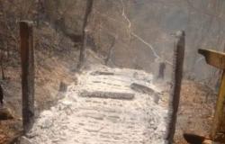 Fogo destrói escada de acesso e vegetação na Dolina Água Milagrosa.