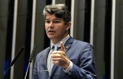 O deputado federal e candidato ao Senado José Medeiros (Podemos) não economizou críticas aos seus oponentes nessa disputa suplementar e críticou todos