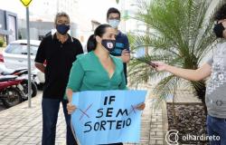 """""""Estão desmoralizando nosso esforço"""", dispara aluno em manifestação contra sorteio de vagas no IFMT"""