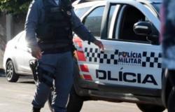 Criminoso rouba carro e ameaça matar refém durante fuga da PM
