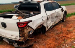Na contramão, motorista bate em Fiat Toro, capota carro e acaba presa