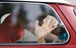 Casal é flagrado transando em carro na frente de bebê de 9 meses