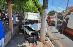 Motorista fica ferido após bater carro em poste no Boa Esperança