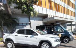 Entrega de caminhonetes e de furgão para transporte de presos trazem avanços para Polícia Civil no interior do estado