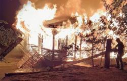 Flutuante pega fogo no rio Teles Pires no Nortão e fica completamente destruída
