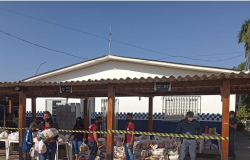 Famílias que fazem fila para receber ossos de açougue em Cuiabá ganham cestas básicas