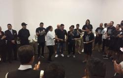 Funcionários de hotel da Venezuela são presenteados pelo Corinthians.