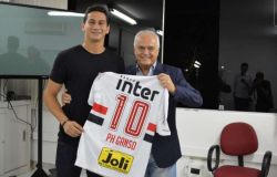 Jogador da Espanha visita amigos no Brasil durante folga.