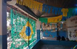 Com cores da bandeira brasileira, escola é decorada por estudantes e professores.