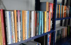 Empresa doa mais de 100 livros para equipar biblioteca dos novos abrigos de passageiros