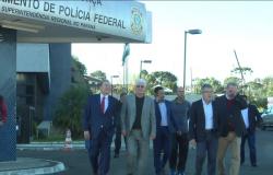 Senadores fazem inspeção e visitam ex-presidente Lula na sede da PF, em Curitiba
