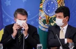 """""""Ele tá igual um peru em chapa quente, não consegue colocar o pé no chão"""", diz Mandetta sobre Bolsonaro"""