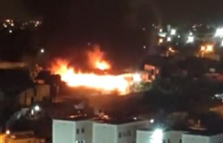 Incêndio de grandes proporções atinge galpão no Carumbé