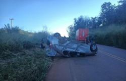 Carro capota em rodovia e 4 ficam feridos