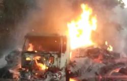 Caminhão pega fogo e fica destruído na MT-010
