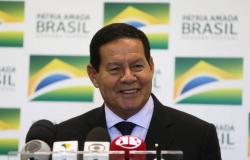Presidente em exercício, Mourão assina decreto para permitir militar inativo no serviço público