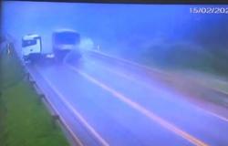 Carretas batem de frente durante chuva em MT