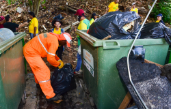 Sofá, colchão, brinquedos e até vaso sanitário são retirados das margens do Rio Cuiabá