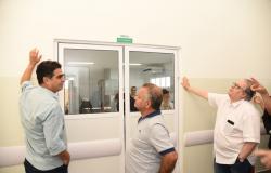 Emanuel Pinheiro vistoria obras de acabamento da UPA no bairro Verdão