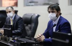 Em sessão na Assembleia, deputados usam máscara de proteção