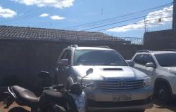 Polícia apreende veículos de investigado em esquema fraudulento contra prefeitura