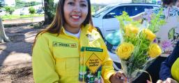 Em alusão ao Dia das Mães, Semob entrega flores e cartilhas de trânsito em ação do Maio Amarelo