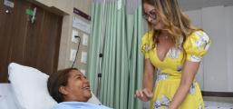 Primeira-dama visita irmãs que realizaram cirurgia de transplante de rins