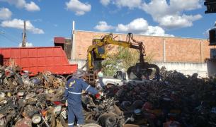 Polícia Civil e Detran realizam a prensa de mais de 425 motocicletas apreendidas na Delegacia de Sorriso