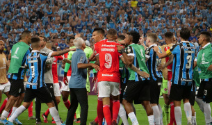 """De inédito a vergonhoso: """"faísca"""" incendeia jogadores, e Gre-Nal estreia queimado na Libertadores"""