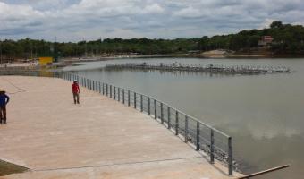 Concreto que foi colocado para afastar esgoto da lagoa do Parque das águas é retirado.