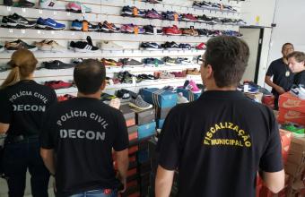 Polícia Civil apreende mais de 300 pares de tênis falsificados em operação na Capital