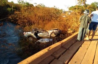 Após carro capotar em ponte, pai e filho de 13 anos morrem, mãe e criança feridos