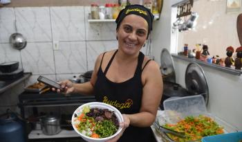 Rosângela põe as porções nas marmitas de acordo com o cliente: sem desperdício