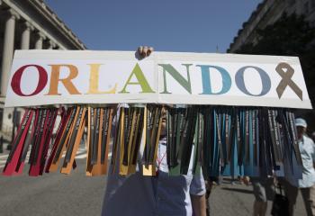 Marcha em defesa dos direitos da população LGBT reúne milhares de pessoas nos EUA