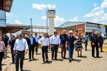 Governador Mauro Mendes e secretário de Desenvolvimento Econômico, César Miranda, visitam nova fábrica de biocombustíveis em Cuiabá - Foto por: Tchélo Figueiredo