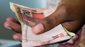Além do trabalho, as transferências têm peso maior na renda das famílias mais pobres - Foto: Artur Luiz / Flickr