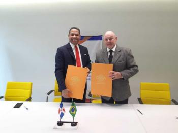 Secretário de Direitos Autorais e Propriedade Intelectual, Maurício Braga, e o diretor do Escritório de Direitos de Autor da República Dominicana, Trajano Santana, assinam Memorando de Cooperação em Direitos Autorais. Foto: Divulgação