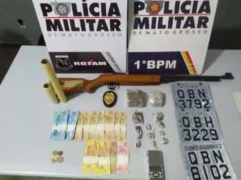 Material foi apreendido na casa de suspeito que conseguiu fugir - Foto por: PMMT