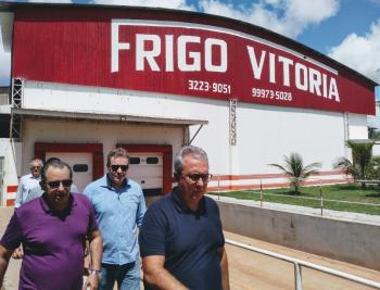 Secretário Cesar Miranda, professor Adriano Silva em visita ao Frigo Vitoria   Foto: Divulgação