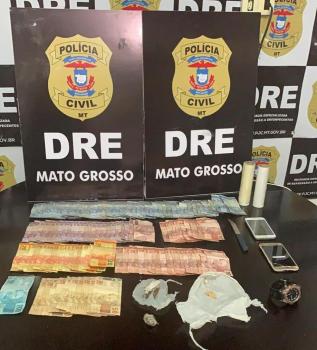 Dois suspeitos de tráfico de drogas foram presos durante uma ação realizada pela Delegacia Especializada de Repressão a Entorpecentes (DRE), no Bairro Alvorada, em Cuiabá, nessa segunda-feira (6). Também foram apreendidas porções de drogas e mais de R$ 1,5 mil em dinheiro.  De acordo com a Polícia C
